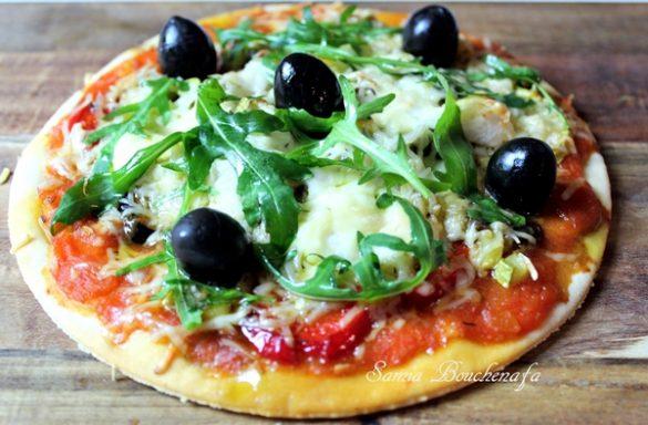 Pizza végétarienne, roquette et parmesan