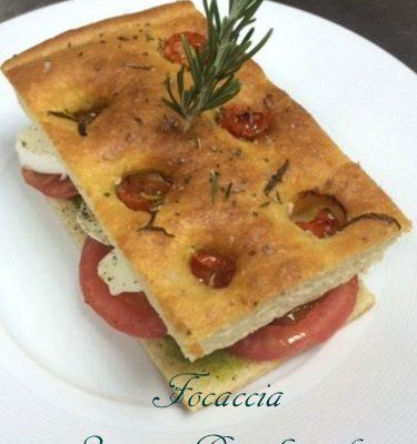 Focaccia Pugliese à la pulpe de pomme de terre ( 2 tomates pesto-mozzarella)