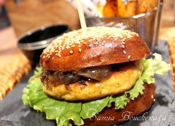 Hamburger à l'orientale (burger maison au poulet et oignons caramélisés)