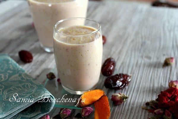 Mocktail au lait de soja dattes fraises eau de rose et curcuma (cocktail sans alcool)